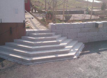Treppe und Mauer aus demselben Material